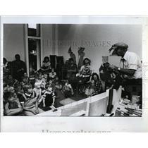 1983 Press Photo Children watched as Puppeteer Paul Zecher works - RSL97527