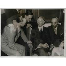 1933 Press Photo Pa. Athletics Mgr. Connie Mack hold conference of his boys.