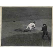 1935 Press Photo Dick Bartell covering the bag for the Giants. - nea07140
