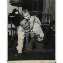 1931 Press Photo St Louis Player Pepper Martin With His Daughter Mary Alyne