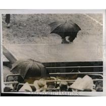 1941 Press Photo Frankie Frisch, manager, prepares to close umbrella and leave