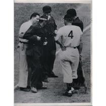 1950 Press Photo Pirates trainer Frank Wiechec aids injured Ump. Augie Donatelli
