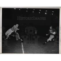 1946 Press Photo Redskins' Bob DeFruiter intercepts ball, Rams' Saenz blocks