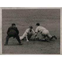 1938 Press Photo Indians Lyn Larry stealing second base