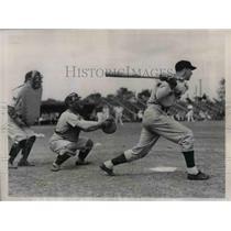 1937 Press Photo Senators Cecil Travis, practice batting during spring training.