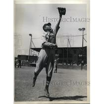 1935 Press Photo Boston Braves Outfielder Joseph A. Mowry Catching Ball