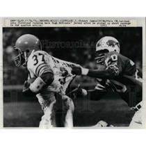 1974 Press Photo Robert James of Buffalo Latches onto Hugh McKinnis of Browns