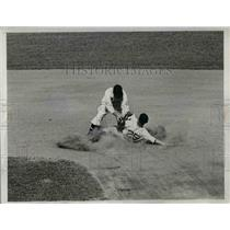1934 Press Photo Tiger Centerfielder White Steals 2nd Base Vs Washington