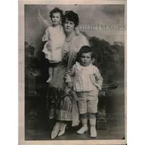1921 Press Photo Helen Elwood Stokes Poses With Her Children - nea11305