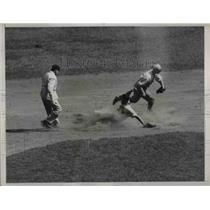 1935 Press Photo NY Giants Leiber safe at 2nd base