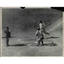 1930 Press Photo Gabby Hartnett of Cubs Crosses Plate for Home Run