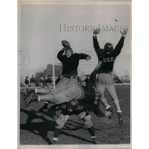 1937 Press Photo Schoch of St Mary's Passing the ball
