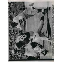 1954 Press Photo Y.A. Tittle 49ers Catches Pass Tackled By Giants Player NFL