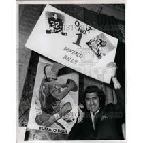 1969 Press Photo Lou Sahadi, hold a banner of O.J. Simpson of Buffalo Bills.