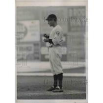 1939 Press Photo Bucky Harris, Manager of the Washington Nationals Eats Grass