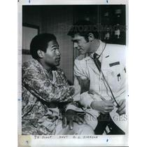 1969 Press Photo O.J. Simpson with TV Doctor - nea18612