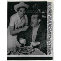 1958 Press Photo SF 49ers tackel Bob St Clair in hotel dining room - nea18530