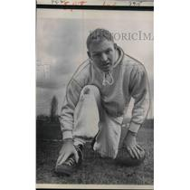 1961 Press Photo Sonny Jurgenson of Philadelphia Eagles Rubs Swollen Foot