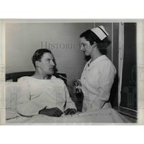 "1936 Press Photo Joe ""Ducky"" Medwick  Cardinals Nurse Barner NJ General Hospital"
