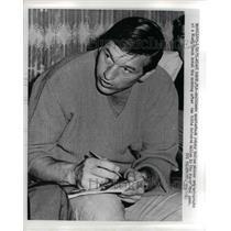 1971 Press Photo Colts' QB Johnny Unitas making autographs in Miami Beach