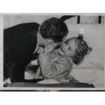 1938 Press Photo William Johns & ill daughter Marylyn in Iowa - nea15759
