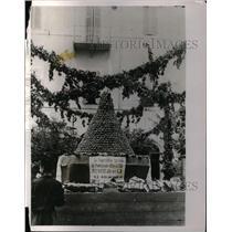 1931 Press Photo Pyramid of peaches at Castel Gandolfo at summer residence of