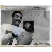 1969 Press Photo Calvin Hill, running back, autographs footballs