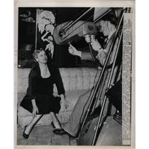 1950 Press Photo Actress Faye Emerson, Camerman Hugh Lynch