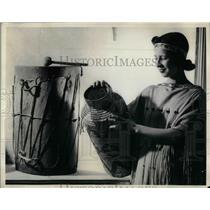 1938 Press Photo Isobel St. Arnold Looks at Indian Arts & Crafts - nea34966