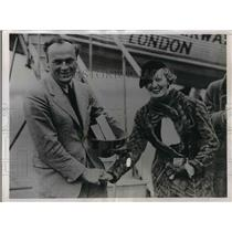 1936 Press Photo David Lewellyn Greeted By Wife After Record Flight - nea36539
