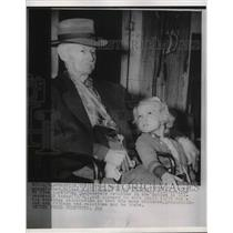 1953 Press Photo Civil War Veteran Walter Williams POses With Granddaughter