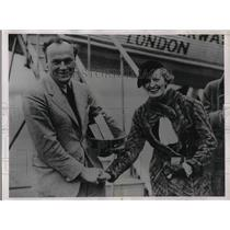 1936 Press Photo David Llewellyn Greeted By Wife After Record Flight