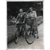 1935 Press Photo Mr. & Mrs. E.W. Phelps Of Cleveland Ohio Riding Bicycles