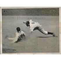 1938 Press Photo White Sox Gee Walker stretches single to double vs Yankees