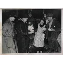 1938 Press Photo Marjory West & National Guardsmen in Bradford, Pa. - nea36410
