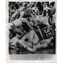 1974 Press Photo Bull's John Block And Cornell Warner Fight For Basketball