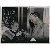 1935 Press Photo Pilot David Llewellyn & Pupil Jill Wyndam Toast One Another