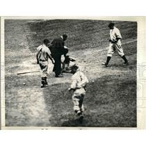 1935 Press Photo Milton Galatzer Indians Hit By Pitch From Johnny Allen Yankees