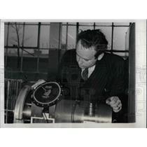 1941 Press Photo Dearborn, Mic. Ford Motor Co. Lloyd Parker & a crankshaft