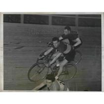 1934 Press Photo Bobby Thomas Shoves Partner George Dempsey During Race