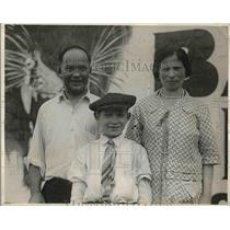 1927 Press Photo Dan Chaudres With His Wife And Son - nea55969