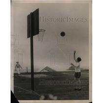 1922 Press Photo Marion Wickes Playing Basketball, Bailey's Beach, Newport
