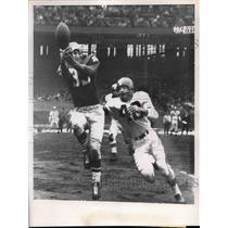1956 Press Photo Eagles' halfback Willie Berzinski misses pass from Thomason