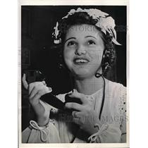 1943 Press Photo Evalyn Daniel Shoffner talks to husband on phone - nea57083