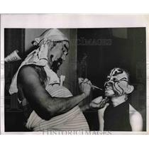 1952 Press Photo Oldtimer Applies Make-up in Indo-Chinese Theatre