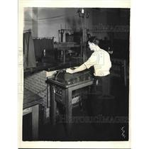 1931 Press Photo Worker working with an automatic turn counter