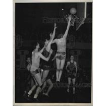 1938 Press Photo Bert Robben Scores Basket for St. Xavier to Win National Title