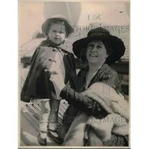 1919 Press Photo Mrs Carl Crow and Daughter Betty