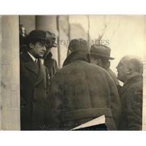 1924 Press Photo D. Grayson Bringing News to Newspaper Men - nea61337