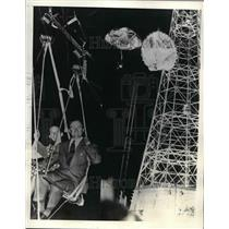 1939 Press Photo Mr. & Mrs. J. Conrnelius Rathborne dangling from parachute seat